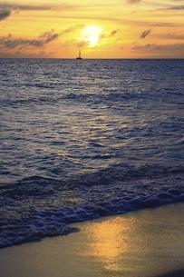沖縄・宮古島 前浜ビーチの夕暮れの写真素材 [FYI04921495]