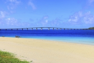 沖縄・宮古島 前浜ビーチと来間大橋の写真素材 [FYI04921511]