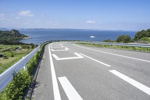 【香川県 豊島】海が見える坂道の風景 旅の写真素材 [FYI04921579]