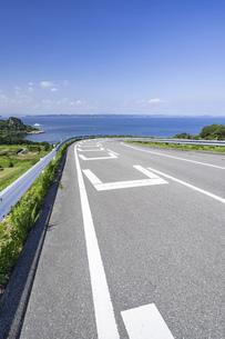 【香川県 豊島】海が見える坂道の風景 旅の写真素材 [FYI04921586]