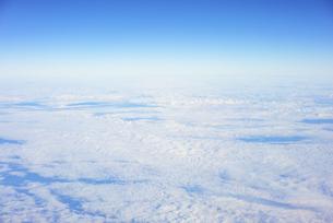 飛行機の窓から見えた空と雲の写真素材 [FYI04921595]