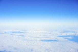 飛行機の窓から見えた空と雲の写真素材 [FYI04921596]