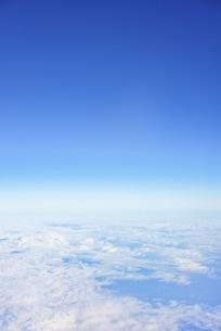 飛行機の窓から見えた空と雲の写真素材 [FYI04921599]