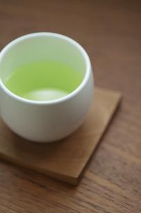 日本茶が淹れられた湯飲み茶碗の写真素材 [FYI04921984]