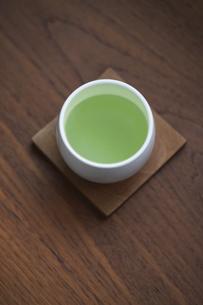 日本茶が淹れられた湯飲み茶碗の写真素材 [FYI04921985]