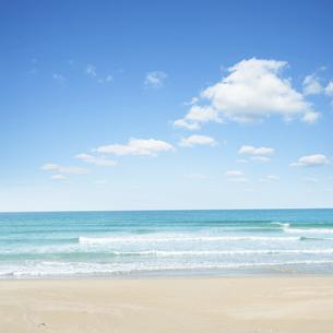 綺麗な砂浜と海と空の写真素材 [FYI04921988]