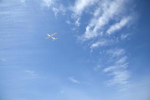 青空と紙飛行機の写真素材 [FYI04921989]