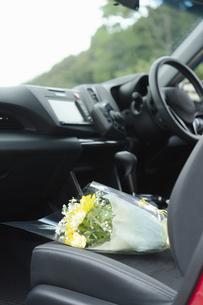 車の助手席に置かれた花束の写真素材 [FYI04922028]