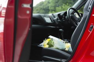 車の助手席に置かれた花束の写真素材 [FYI04922029]
