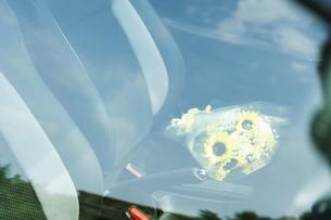 車の助手席に置かれた花束の写真素材 [FYI04922034]