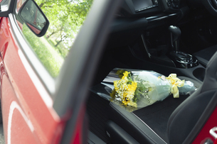 車の助手席に置かれた花束の写真素材 [FYI04922037]