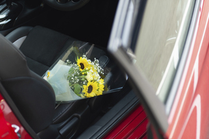 車の助手席に置かれた花束の写真素材 [FYI04922043]