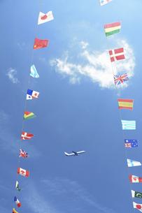 万国旗と飛行機の写真素材 [FYI04922072]