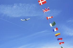 万国旗と飛行機の写真素材 [FYI04922073]