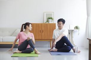 自宅でトレーニングをする若い男性と女性の写真素材 [FYI04922332]
