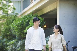 歩く若い男性と女性の写真素材 [FYI04922333]