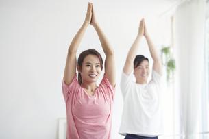 自宅でトレーニングをする若い男性と女性の写真素材 [FYI04922363]