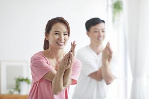 自宅でトレーニングをする若い男性と女性の写真素材 [FYI04922369]
