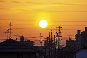 町並みの向こうに昇る朝の太陽の写真素材 [FYI04922383]