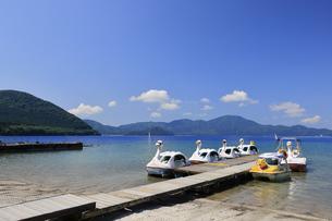 田沢湖とスワンボートの写真素材 [FYI04922668]