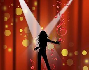 ステージの上でスポットライトポットライトを浴びながらシルエットの女性のパフォーマンスのイラスト素材 [FYI04922882]