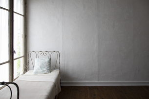 アイアンベッドのある白い部屋の写真素材 [FYI04922987]
