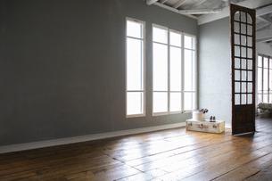 窓から陽の入る広い部屋の写真素材 [FYI04922992]