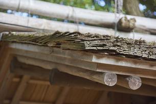杉の樹皮で吹かれた庭園の潜り門庇の写真素材 [FYI04923143]