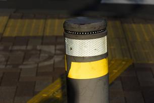 安全対策に光るシールを巻かれたポールの写真素材 [FYI04923187]