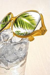 水とサングラスの写真素材 [FYI04923231]