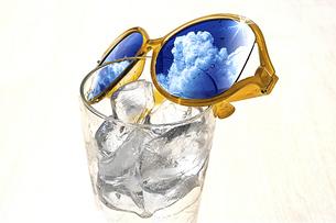 水とサングラスの写真素材 [FYI04923234]