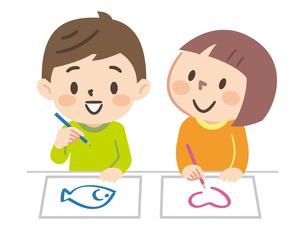 お絵描きをする子供たちのイラスト素材 [FYI04923423]