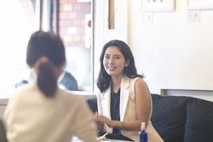 カフェで会話をする2人の女性の写真素材 [FYI04923624]