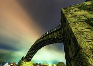 深夜の錦帯橋(長時間露光)上流から流れてくる夜霧がオーロラのようにの写真素材 [FYI04923682]