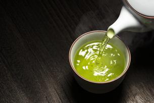 お茶を注ぐの写真素材 [FYI04923833]