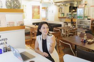 カフェで仕事をする女性の写真素材 [FYI04923892]