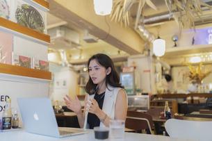 カフェで仕事をする女性の写真素材 [FYI04923898]