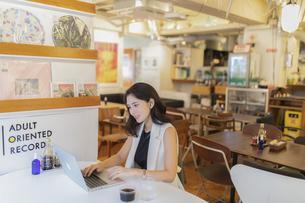 カフェで仕事をする女性の写真素材 [FYI04923901]