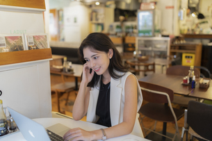 カフェで仕事をする女性の写真素材 [FYI04923904]