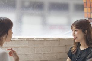 カフェで会話をする2人の女性の写真素材 [FYI04923908]