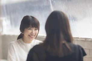 カフェで会話をする2人の女性の写真素材 [FYI04923912]