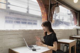 カフェで仕事をする女性の写真素材 [FYI04923918]