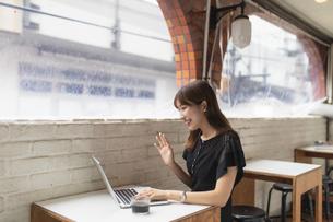カフェで仕事をする女性の写真素材 [FYI04923921]