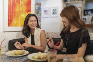 カフェで食事をする2人の女性の写真素材 [FYI04923928]