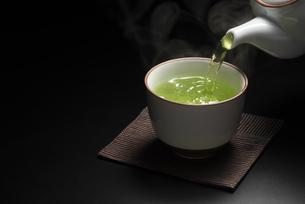 お茶をいれるの写真素材 [FYI04923989]