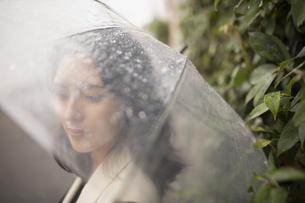 傘をさす女性の写真素材 [FYI04924028]