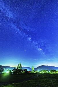 パラボラアンテナと天の川の写真素材 [FYI04924037]