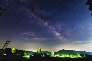パラボラアンテナと天の川の写真素材 [FYI04924038]