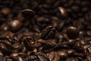 コーヒー豆を焙煎の写真素材 [FYI04924091]