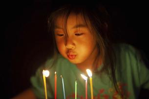 蝋燭を吹き消す女の子の写真素材 [FYI04924174]